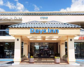 Days Inn & Suites by Wyndham Artesia - Artesia - Building
