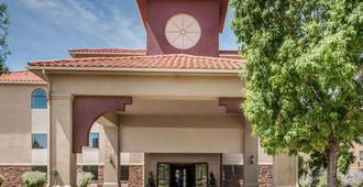 Quality Inn & Suites Albuquerque West - Albuquerque - Building