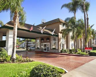 Ramada by Wyndham Costa Mesa/Newport Beach - Costa Mesa - Building
