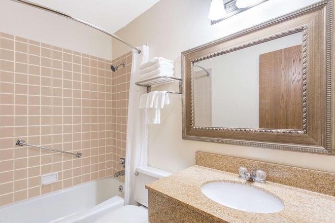 Baymont by Wyndham Dubuque - Dubuque - Bathroom