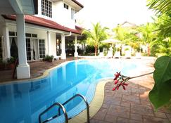 Rumah Putih Bed and Breakfast - Sepang - Piscina
