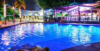 Gilligan's Backpackers Hotel & Resort - Cairns - Pool