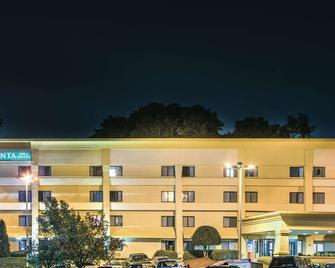 La Quinta Inn & Suites by Wyndham Atlanta Roswell - Roswell - Building