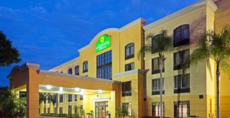 La Quinta Inn & Suites by Wyndham Tampa North I-75 - Tampa - Edificio