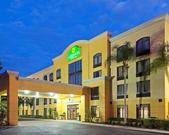 La Quinta Inn & Suites by Wyndham Tampa North I-75 - Тампа - Здание