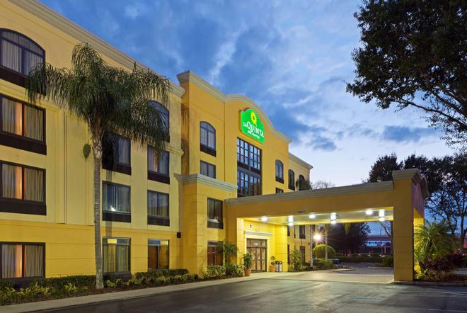 La Quinta Inn & Suites by Wyndham Tampa North I-75 - Tampa - Building