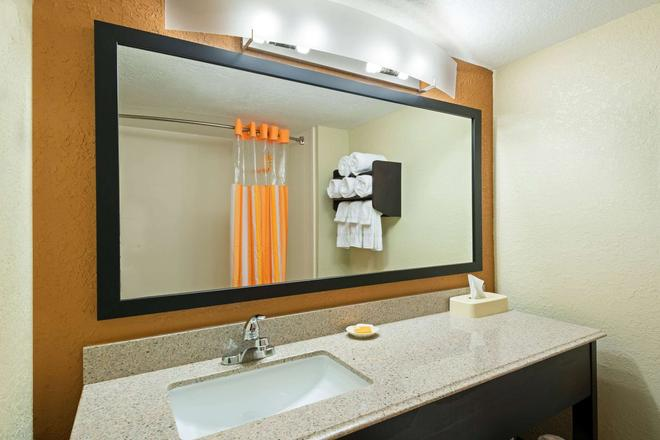La Quinta Inn & Suites by Wyndham Tampa North I-75 - Tampa - Bathroom
