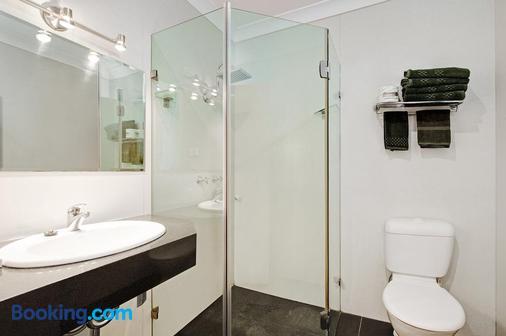 Colonial Terrace Motor Inn - Raymond Terrace - Bathroom