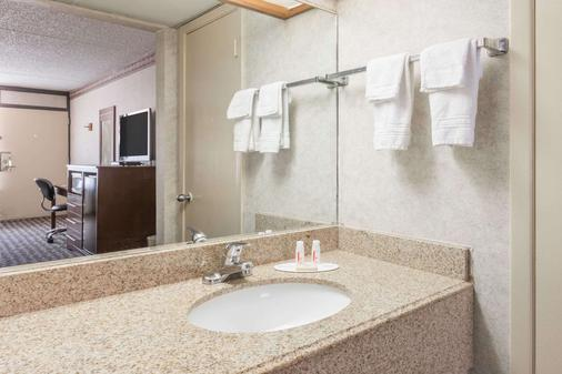 Days Inn by Wyndham Midland - Midland - Phòng tắm