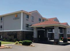 La Quinta Inn & Suites by Wyndham Elizabethtown - Elizabethtown - Building