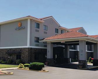 La Quinta Inn & Suites by Wyndham Elizabethtown - Elizabethtown - Gebouw