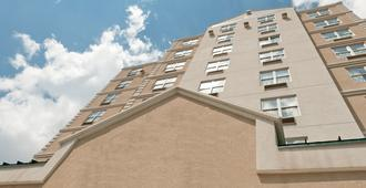 Queens County Inn & Suites - Queens - Bâtiment