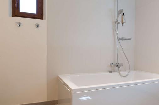 Le Pigeonnier du Perron,The Originals Relais (Relais du Silence) - Châtellerault - Bathroom