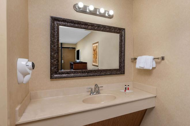 Baymont by Wyndham Branson Theatre District - Branson - Salle de bain