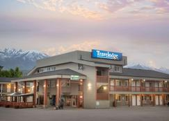 Travelodge by Wyndham Golden Sportsman Lodge - Golden - Building