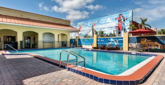 Clarion Inn & Suites Kissimmee-Lake Buena Vista South - Kissimmee - Piscina