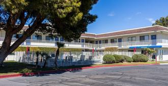Motel 6 Mojave - Mojave - Building