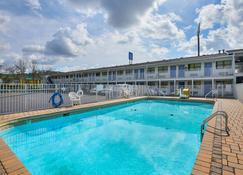 Motel 6 Chattanooga East - Чаттануга - Бассейн
