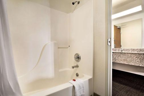 Travelodge by Wyndham Cheyenne - Cheyenne - Bathroom