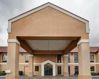 Quality Inn & Suites Pine Bluff - Pine Bluff - Building