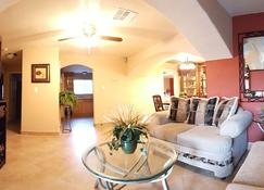 Beautiful Remodeled 5-Bedroom Home; 5 Min From Strip - Las Vegas - Living room
