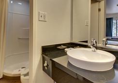 Motel 6 Des Moines - Des Moines - Bathroom