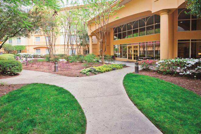 La Quinta Inn & Suites by Wyndham Univ Area Chapel Hill - Durham - Building