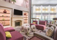 La Quinta Inn & Suites by Wyndham Univ Area Chapel Hill - Durham - Lounge