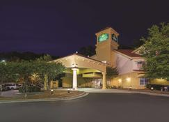 La Quinta Inn & Suites by Wyndham Univ Area Chapel Hill - Durham - Building