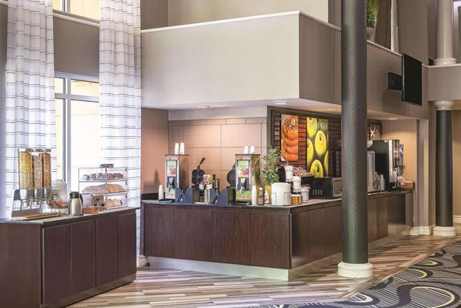La Quinta Inn & Suites by Wyndham Univ Area Chapel Hill - Durham - Buffet