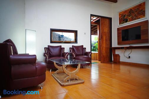 Spring Hill Bungalow Ruteng - Ruteng - Living room