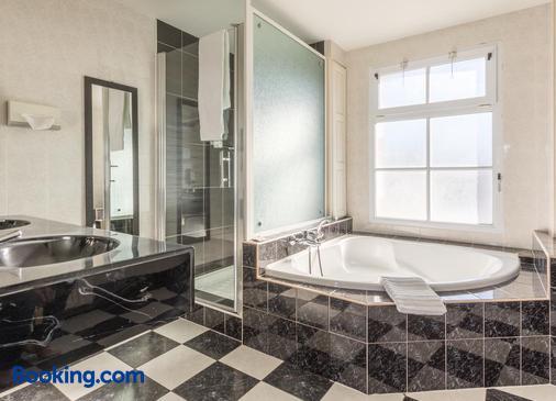 Le Manoir de l'Antiquite - Challans - Bathroom