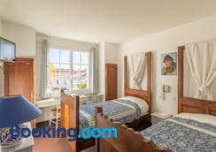 Le Manoir de l'Antiquite - Challans - Bedroom