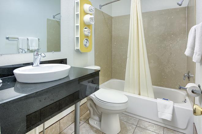 Motel 6 Harrisonburg - South, VA - Harrisonburg - Bathroom
