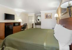 Rodeway Inn - Adelanto - Bedroom