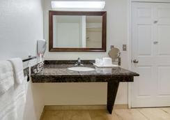 Rodeway Inn - Adelanto - Bathroom