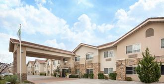 Holiday Inn Express Hotel & Suites Bishop - Bishop - Building