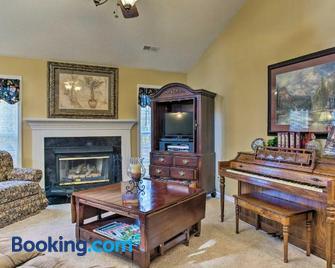 Asheville Area Home with Patio-11 Mi to Biltmore - Fletcher - Huiskamer