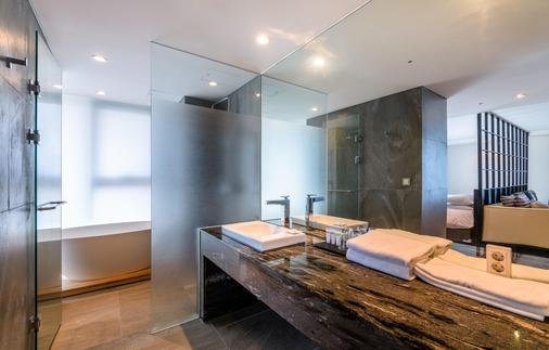 Brown Suites Jeju Hotel & Resort - Seogwipo - Bathroom