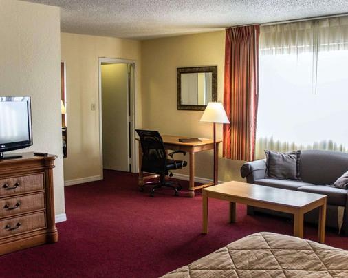 Quality Inn & Suites - St. Augustine - Living room