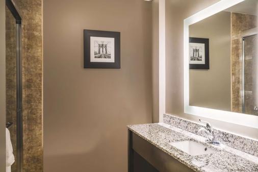 La Quinta Inn & Suites by Wyndham Brooklyn Central - Brooklyn - Phòng tắm