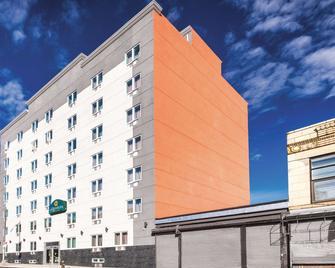 La Quinta Inn & Suites by Wyndham Brooklyn Central - Brooklyn - Building