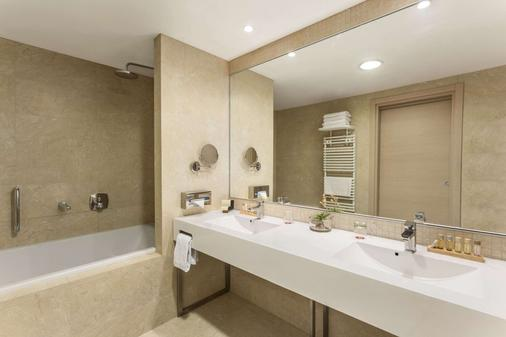 Ramada by Wyndham Oradea - Oradea - Bathroom