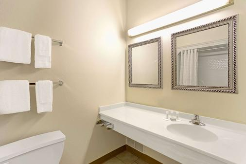 Super 8 by Wyndham Gurnee - Gurnee - Bathroom