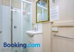 Bunk Inn Hostel - Bundaberg - Bathroom