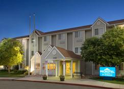 Microtel Inn & Suites by Wyndham Pueblo - Pueblo - Building