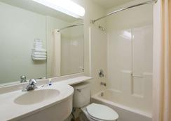 Microtel Inn & Suites by Wyndham Pueblo - Pueblo - Bathroom