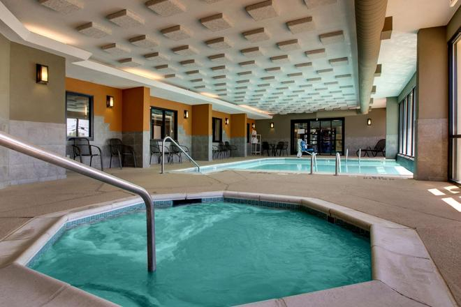 Drury Inn & Suites Greensboro - Greensboro - Piscina