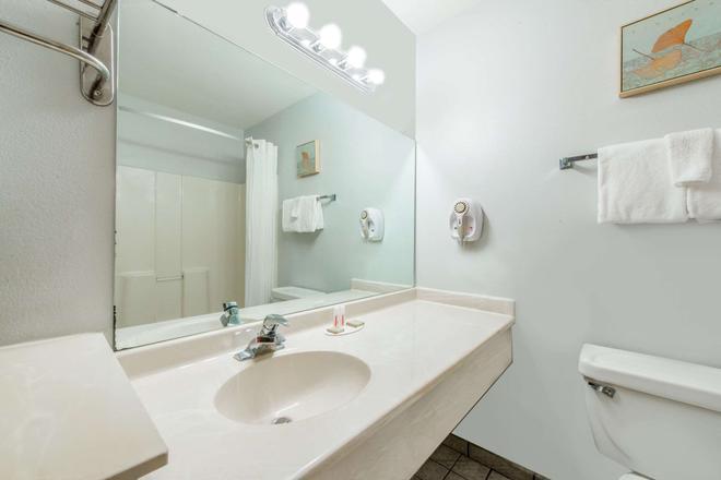 Super 8 by Wyndham Lake Charles/Sulphur - Lake Charles - Bathroom