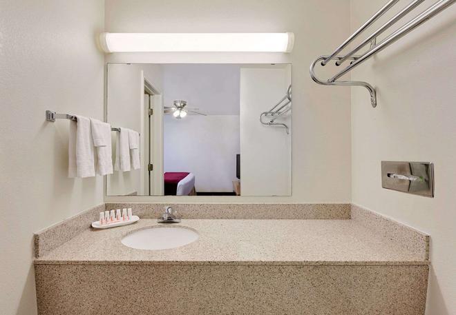 Days Inn by Wyndham San Angelo - San Angelo - Bathroom
